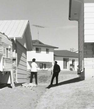 Robert Adams, In a New Subdivision (in einem neuen Vorort), Colorado Springs, Colorado, 1969 Silbergelatine-Abzug, 15.2 x 15.2 cm Yale University Art Gallery, gekauft mit einer Schenkung von Saundra B. Lane und Zuschüssen aus dem Trellis Fund sowie dem Janet and Simeon Braguin Fund. © Robert Adams