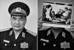 Lieutenant General Pham Xuan The , former Commander of Military Zone I .  He is holding up photographs capture moments him was in the room to read the arrest warrant for President Duong Van Minh on  historic day, 30.4.1975.