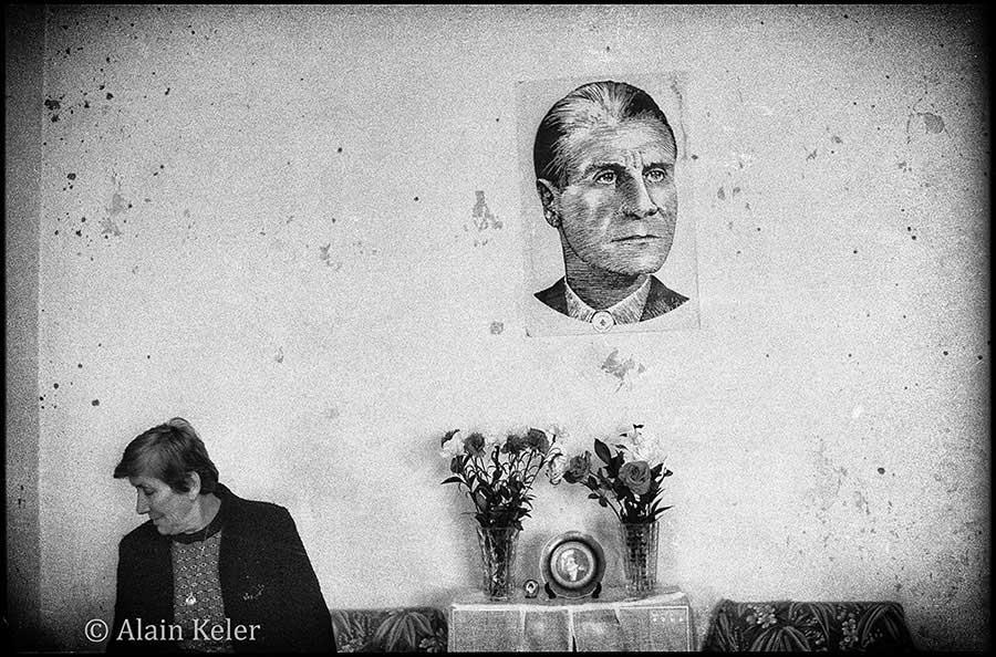 © Alain Keler. Beyrouth, le portrait de Pierre Gemayel est accroché sur un mur d'un appartement détruit dans les violences qui ravagent la capitale libanaise.