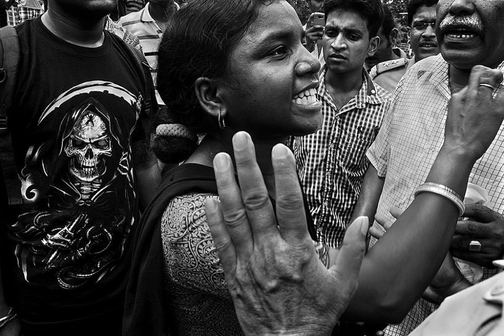 Birati, Kolkata, India - 19th August 2015. Accused lady got surrounded by mass and was throwing logic on behalf of ladies passenger.