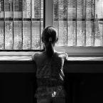 Roma, periferia sud, Giugno 2015. Irene guarda oltre la finestra