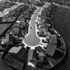 © Bill Owens. Suburbia Series, 1970/1972 - Untitled (Overview of dead end street), Silver print on paper - Sheet: 353 X 278 Mm - Image: 304 X 234 Mm - Ed. 15 + 3Ap