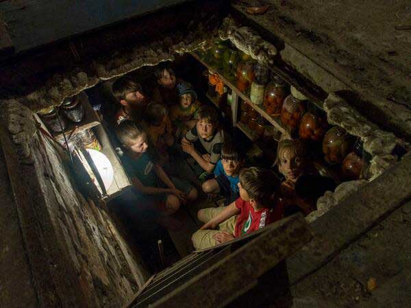 Children hiding from a shelling in a shelter in Sloviansk (Ukraine). © Andy Rocchelli