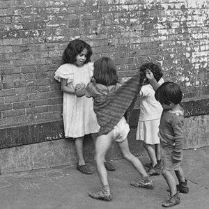 © Helen Levitt.  New York, c. 1940.